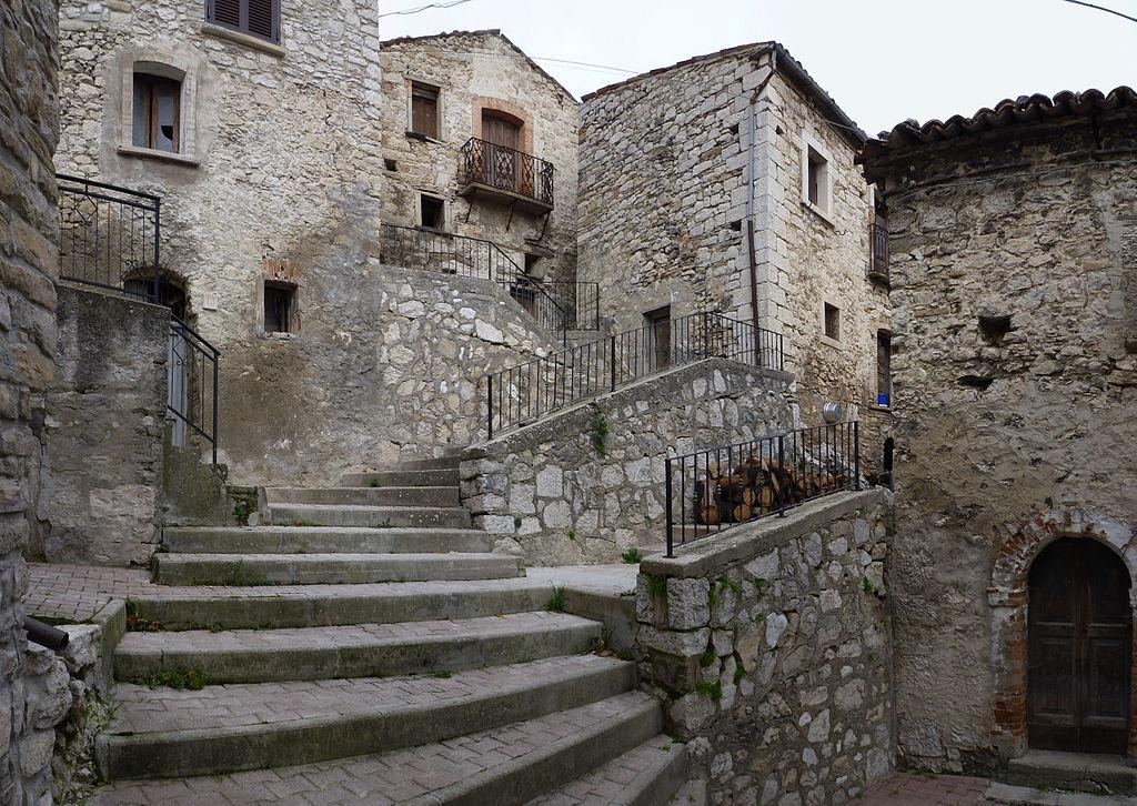 1024px-Centro_storico_Montelapiano